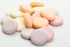 Färgrika preventivpillerar på yttersidan royaltyfria foton