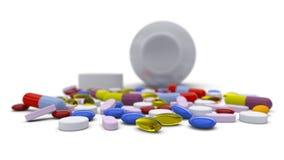 Färgrika preventivpillerar som spills från flaskan Arkivfoto
