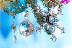 Färgrika prydnader som dekoreras på ett julträd Arkivbilder