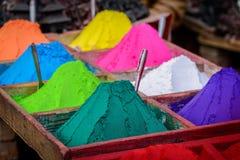 Färgrika pulver i Katmandu arkivbilder