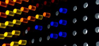 Färgrika punkter av ljus på mörk bakgrund arkivbilder