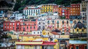 Färgrika Quartieri Spagnoli i Napoli arkivbild
