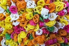 Färgrika räkasmällare eller keropok på den lokala marknaden i Kuala Lump arkivfoto