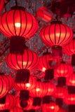Färgrika röda kinesiska lyktor skiner för nytt år Arkivfoto
