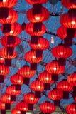 Färgrika röda kinesiska lyktor skiner för nytt år Royaltyfri Foto