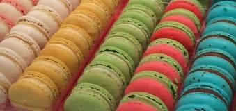 Färgrika rader av makron eller Macarons som denna läckra bakelse kallas i Frankrike Arkivbilder
