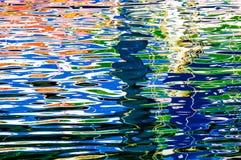 Färgrika reflexioner på havsvatten - härlig vattenbakgrund, Norge, norskt hav, översvallande beröm av färger arkivfoton