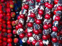 Färgrika regionala halsband på halsen Royaltyfri Foto
