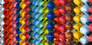 Färgrika remsor av röra sig i spiral vävde kablar Royaltyfri Foto