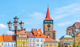 Färgrika renässanshus och den Valdice porten på Wallenstein kvadrerar i Jicin, Tjeckien royaltyfria foton