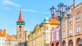 Färgrika renässanshus och den Valdice porten på Wallenstein kvadrerar i Jicin, Tjeckien arkivfoton