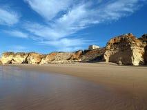 Färgrika rockklippor av Algarven Arkivfoto