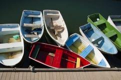 färgrika roddbåtar Royaltyfria Foton