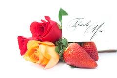färgrika rosor, kort med orden tackar dig och jordgubben Arkivbilder