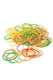 Färgrika rubber band på vit bakgrund Arkivbilder