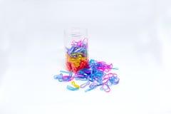 Färgrika rubber band på vit bakgrund Royaltyfri Foto