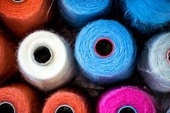 Färgrika rullar av bomullstråden Royaltyfria Bilder