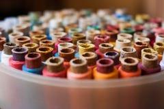 Färgrika rullar av trådbakgrund - en serie av Arkivfoton