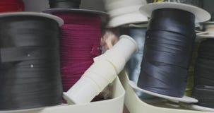 Färgrika rullar av tråden och annan sy arbetstillbehör arkivfilmer