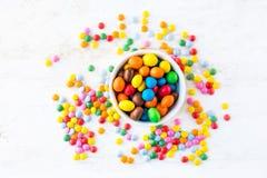 Färgrika runda godisar på vit bakgrund med kopieringsutrymme Dif Fotografering för Bildbyråer