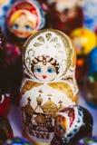 Färgrika ryska bygga bodockor Matreshka Matrioshka på marknaden Fotografering för Bildbyråer
