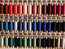färgrika sömnadtrådar Fotografering för Bildbyråer