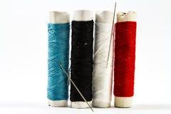 Färgrika sömnadtrådar med visaren Royaltyfri Bild