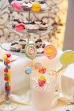 Färgrika sötsaker på en tabell Royaltyfri Bild