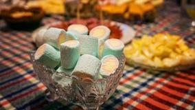 Färgrika sötsaker på tabellen Arkivbild