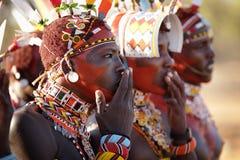 Färgrika Samburu krigare i bågskyttstolpen, Kenya Arkivfoto