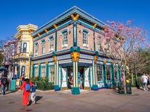 Färgrika San Francisco themed byggnader på det Disney Kalifornien affärsföretaget parkerar Royaltyfria Foton