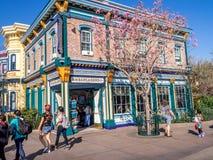 Färgrika San Francisco themed byggnader på det Disney Kalifornien affärsföretaget parkerar Royaltyfria Bilder
