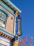 Färgrika San Francisco themed byggnader på det Disney Kalifornien affärsföretaget parkerar arkivbild