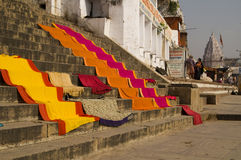 färgrika saris royaltyfria bilder