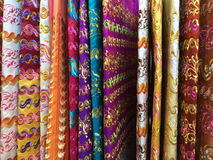 Färgrika sarongs, Thailand royaltyfri bild