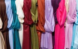 färgrika scarfs Fotografering för Bildbyråer