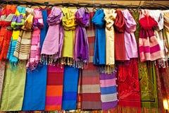 färgrika scarfs Royaltyfri Bild