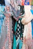 Färgrika scarfs som göras av silk Arkivfoto