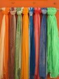 Färgrika scarves (halsduken) Fotografering för Bildbyråer