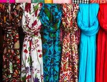 Färgrika scarves på en marknad i Indien Arkivbilder