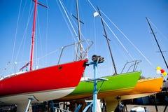 Färgrika segelbåtar i torr skeppsdocka Royaltyfria Bilder