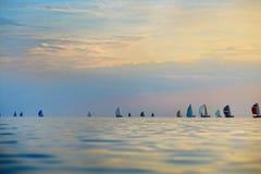 Färgrika segelbåtar på havet Arkivbild