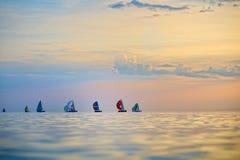 Färgrika segelbåtar på havet Royaltyfria Bilder