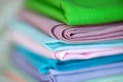 Färgrika servetter för tappningbomullsmatställe arkivbild
