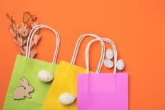 Färgrika shoppingpåsar med easter garneringar Vår- eller easter försäljningsbegrepp Royaltyfri Fotografi