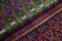 Färgrika siden- halsdukar i en marknad Royaltyfria Foton