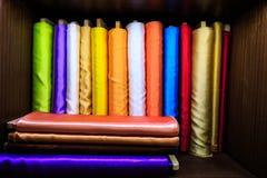 Färgrika siden- tyger på rulle Arkivfoton
