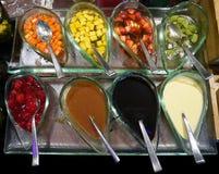 Färgrika sirap- och frukttoppningar för glass royaltyfria bilder