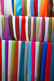 färgrika sjalar för cashmere arkivbilder