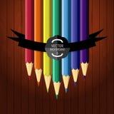 Färgrika sju blyertspennor på träbakgrunden vektor illustrationer